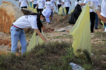 4. Vietnamese Student Clean Up (2)